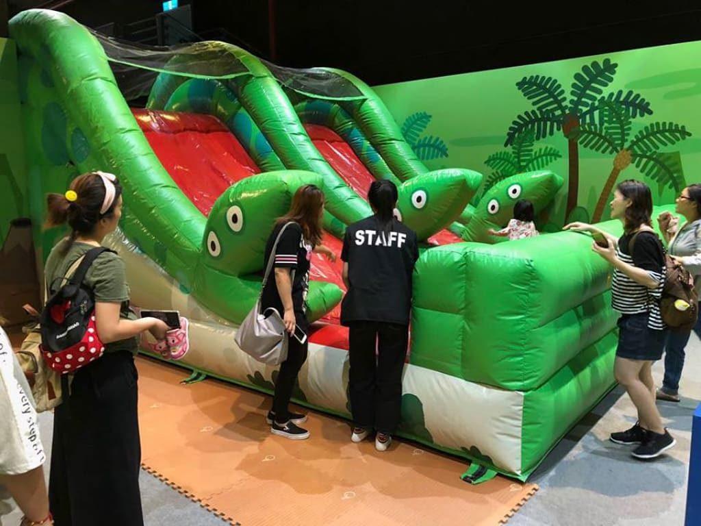 氣墊滑梯是Peppa Pig 動感假期室內互動遊樂場內必不可少的設施。