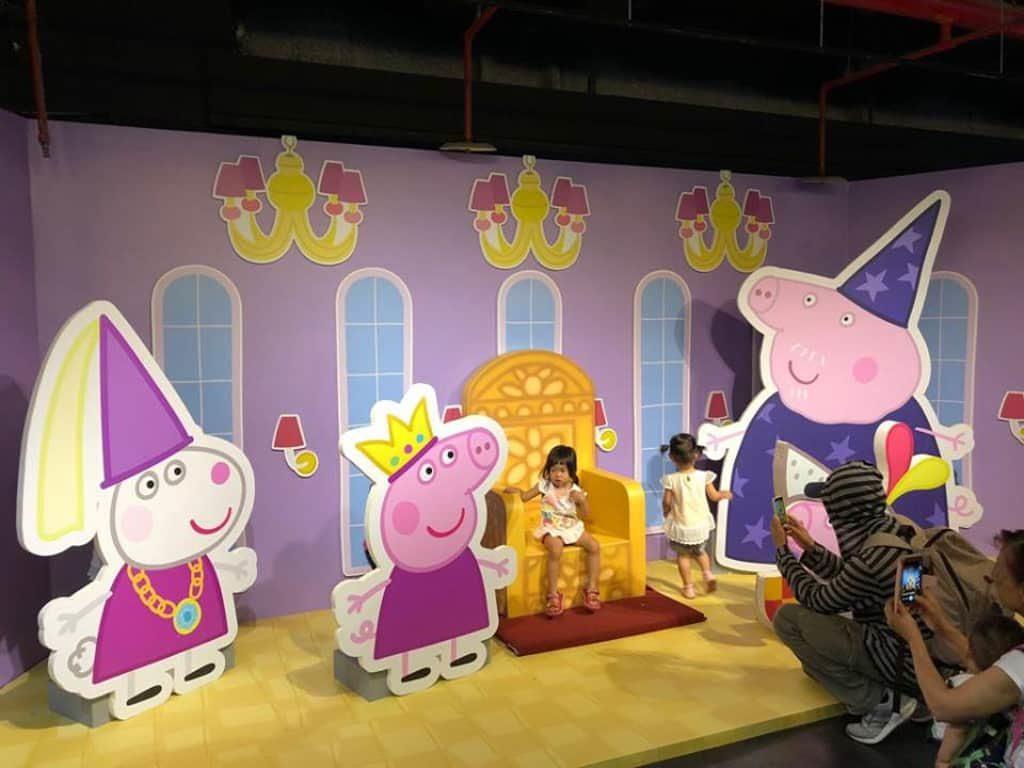 與 Peppa Pig 合照可說是進入 Peppa Pig 動感假期室內互動遊樂場後的指定動作。