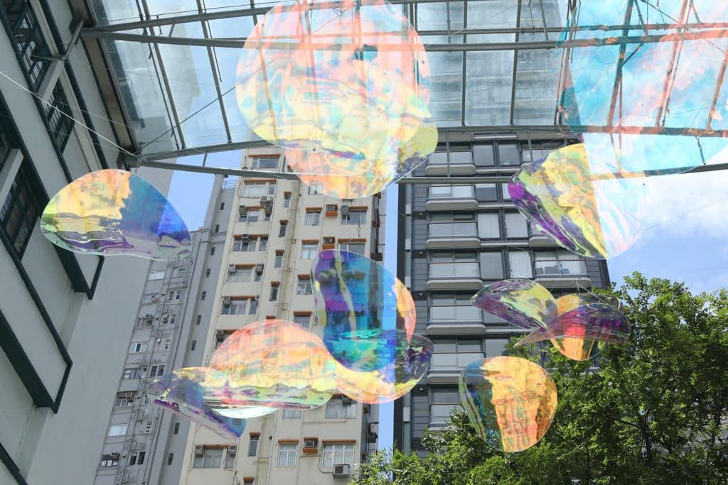 大家親臨 PMQ「泡夏 泡夏」夏日互動裝置及遊樂園現場,抬頭一望,便可看到外形神似泡沫的大型裝飾,讓閣下恍如被池沫包圍著。