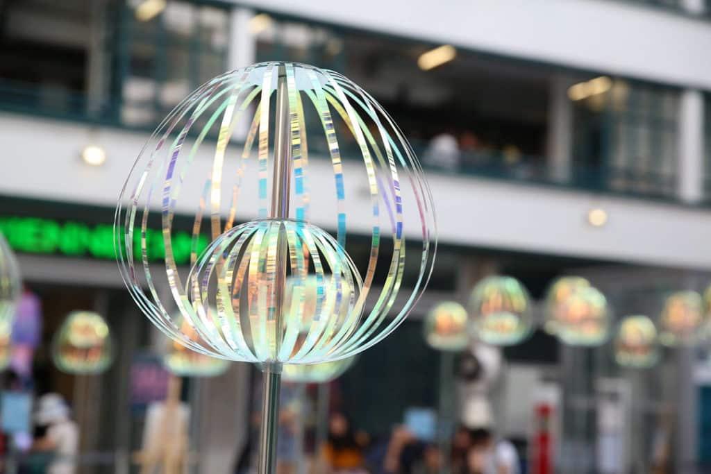 中環元創方PMQ:「泡夏 泡夏」夏日互動裝置及遊樂園 - 歡迎公眾伸手參與,把幻彩泡泡棒轉動。
