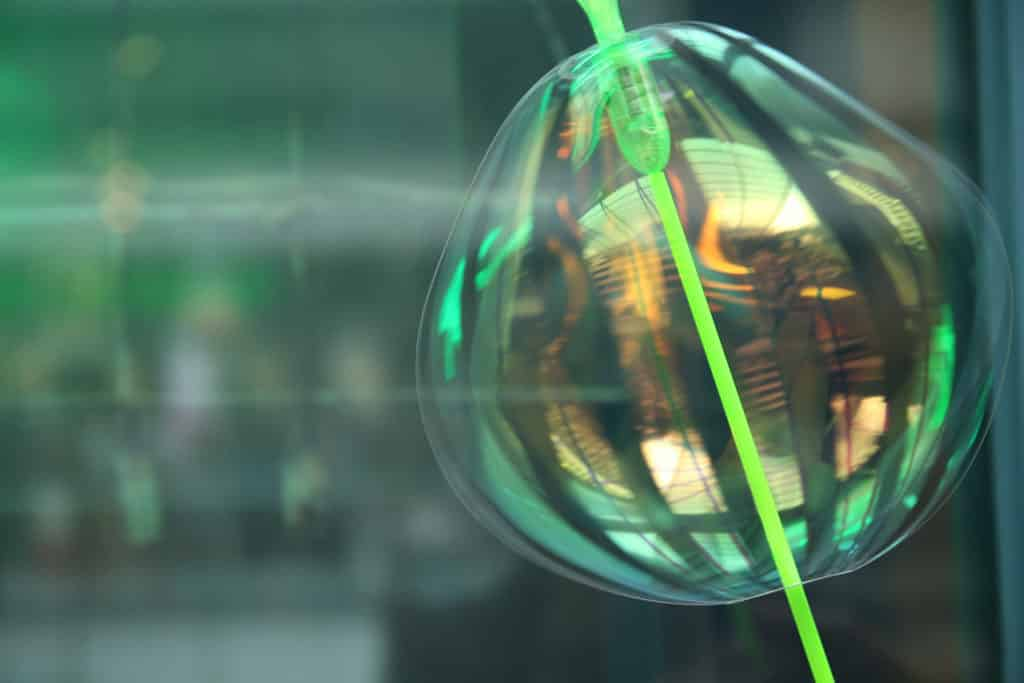 中環元創方PMQ:「泡夏 泡夏」夏日互動裝置及遊樂園 - 色彩繽紛的泡泡為公共空間注入詩意。