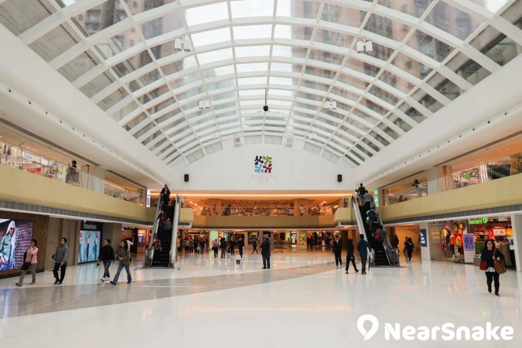 新港城中心中庭經翻新後,天花依舊採用玻璃物料,空間感十足,但日照強時會令人炫目。