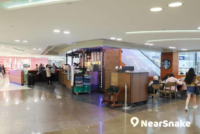 新港城中心戲院對出有星巴克咖啡店,是輕食休息的好地方。