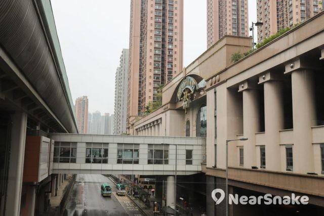 新港城中心與馬鞍山港鐵站以天橋相連。