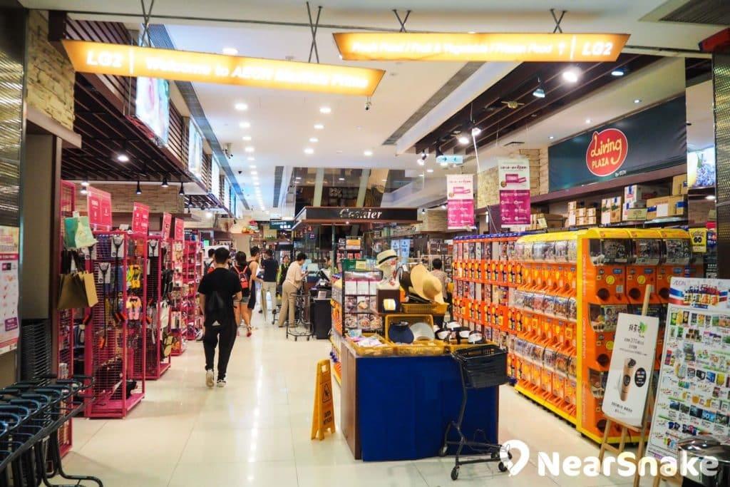 The One 地庫兩層為 AEON MaxValu Prime 超市,除一般雜貨外,還擺放了多部扭蛋機。