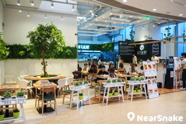 日本著名班戟名店 Grams cafe & pancakes,2018 年 3 月底在 The One 開業,吸引到不少年青人前來品嚐。