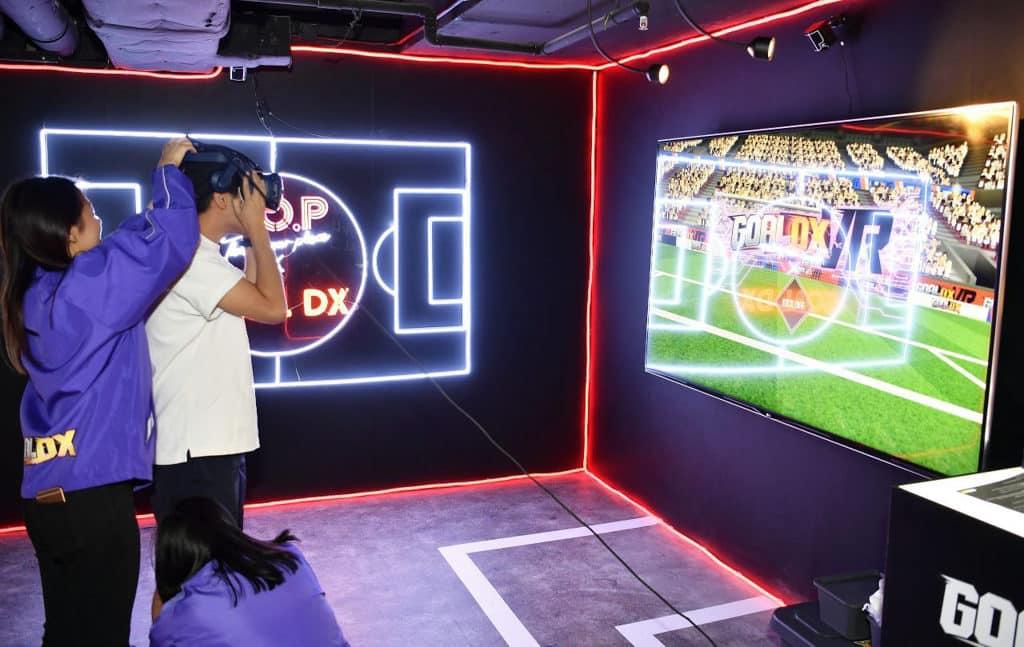 T.O.P. 與 GOAL DX 合作在世界盃開設期間限定店,引入VR虛擬實景足球遊戲體驗。