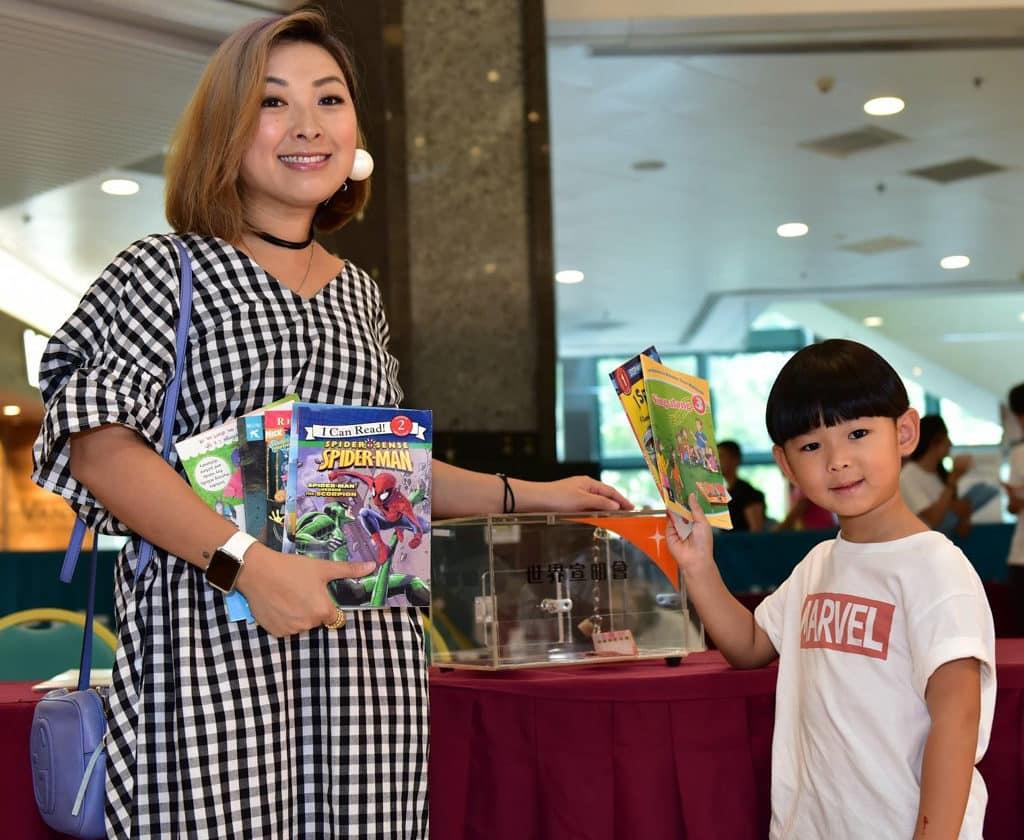 宣明會「舊書回收義賣大行動 2018」DJ朱薰帶同仔仔選購好書,為慈善出力。