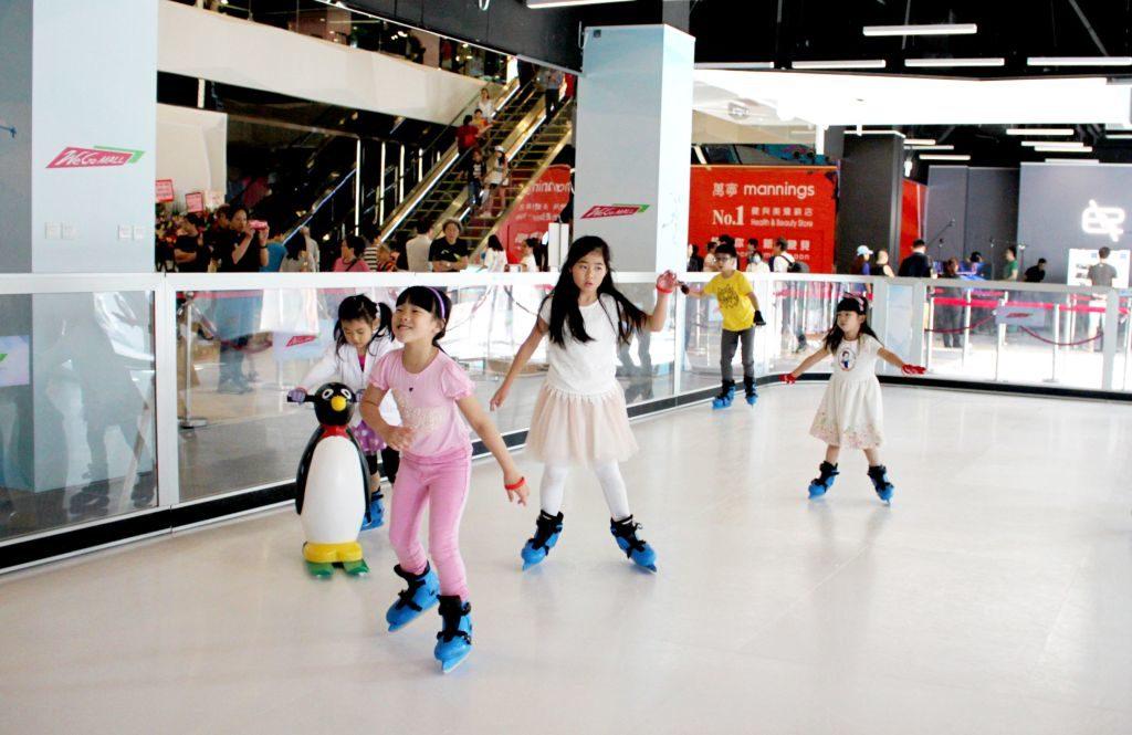 We Go MALL暑期冰極遊樂FUN課程:溜冰運動可訓練小朋友手腳大小肌肉的協調、身體的平衡度及靈敏度。