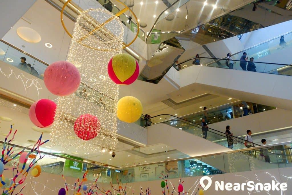 世貿中心的中庭橫跨幾個樓層,巨型掛飾自然是不可缺少。