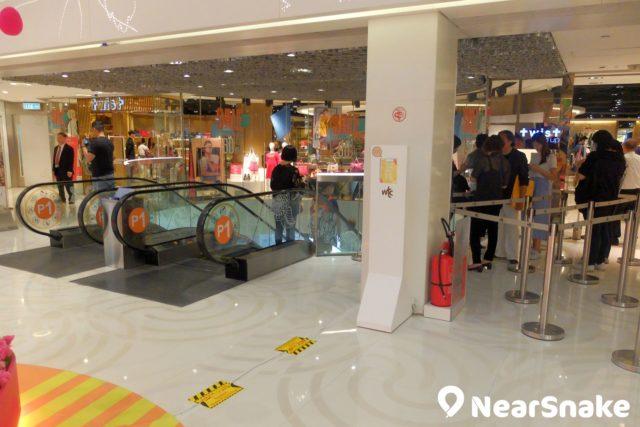 名牌折扣店 +twist 位於世貿中心 2 樓,周末時可是要排隊入場喔!