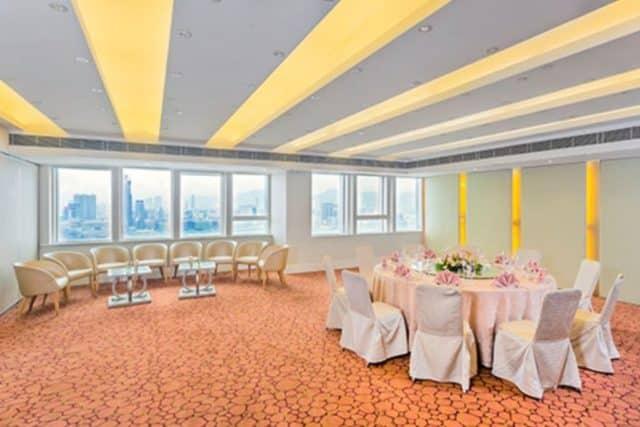 世貿中心 38 樓為香港世界貿易中心會,坐擁 180 度維多利亞港的「無敵海景」,可擺放 23 圍中式婚宴或 250 人西式婚宴,乃香港熱門的婚宴場地之一。