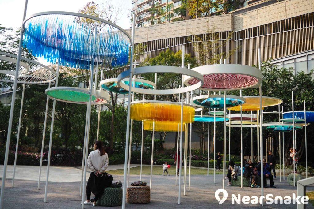 尚未進入商場已有娛樂!Yoho Mall 外圍設有休憩公園,中央的藝術裝置頗有特色,地面鋪有鬆軟的人造草皮,難怪家長放心孩子盡情跑跳。