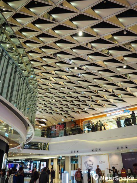 形點一期另一個中庭的幾何鏡面天花板充滿未來感。