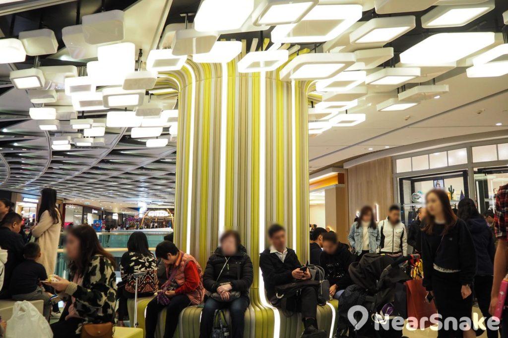 Yoho Mall 閒座區的 LED 裝飾設計相當耀眼!