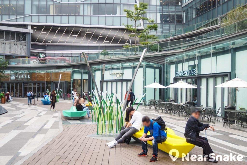 形點專誠邀請藝術家和建築師設計園林景觀,以模擬南生圍的美態,橫水渡化身座椅,蘆葦變成燈飾。