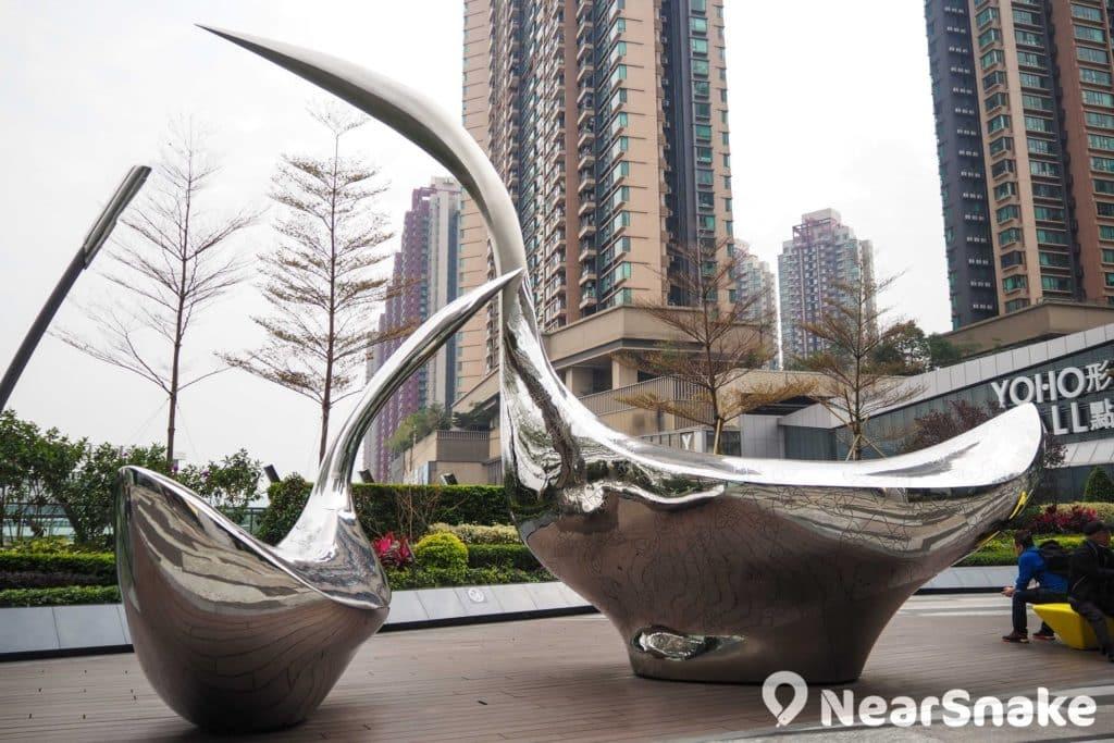 形點擺放了一對金屬白鷺雕塑,形態優美。