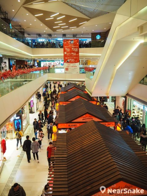 形點 II 期明顯樓底較矮,中庭空間亦不及 Yoho Mall 1 期大,但相比起翻新前的模樣,現已顯得摩登許多。