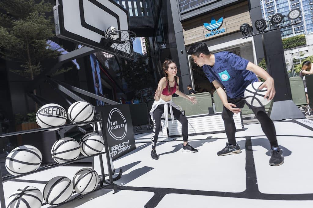 THE FOREST 商場的黑白籃球街場內,不但有黑白簡約的籃球架及籃球,還有同是黑白色調的置球架及訓練專用雪糕筒。