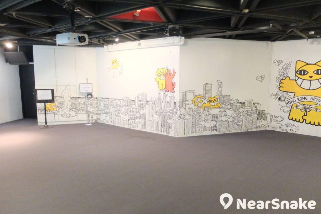 設於地庫一樓的香港藝術中心電影院,現已易名為「古天樂電影院」,香港電影節的電影也會在此上映。大家留意圍板上的大貓,是藝術中心的吉祥物。