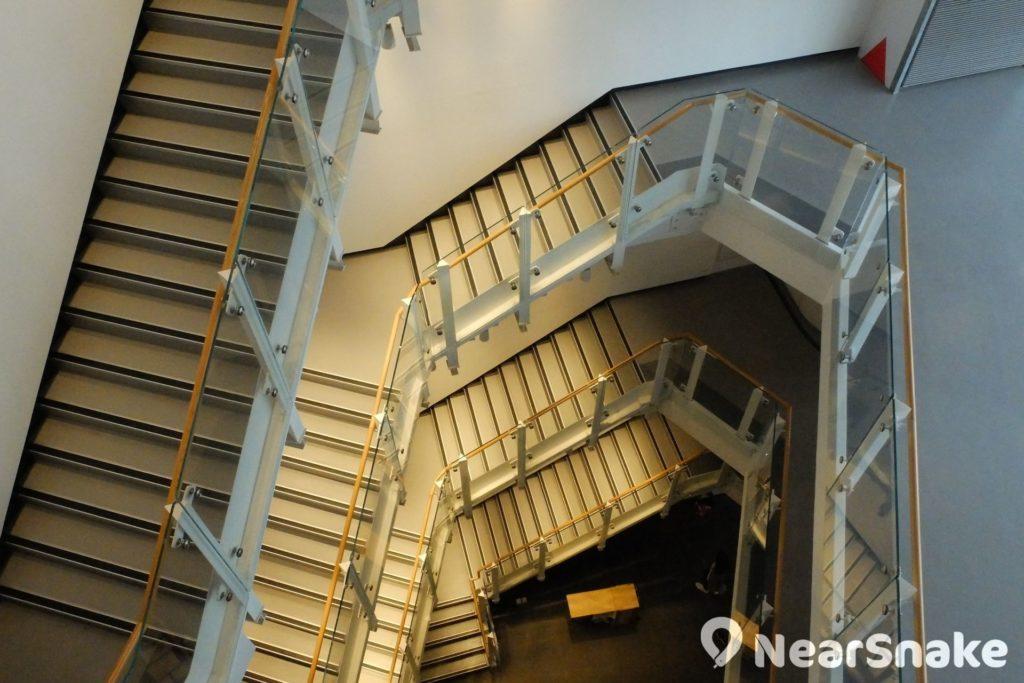 從藝術中心頂層向下望去,燈光配以樓梯層次,是另一種藝術感覺。