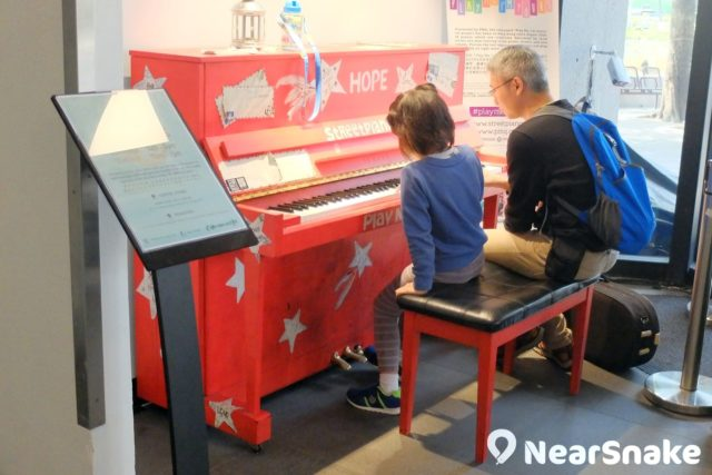 不愧是藝術中心,入口處便擺有一個鋼琴供人隨便試彈表演。