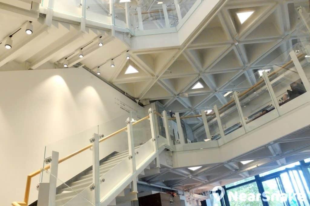 藝術中心中庭採用簡潔佈局,中央天井貫穿各層,令空間更倍寬敞光亮。
