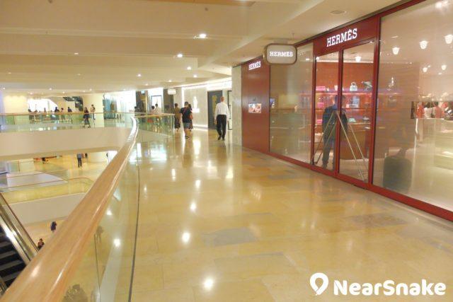 時尚名牌店均聚集在太古廣場 L2 樓層,大家沿著這條走道而行,便可看到不少名牌商店。