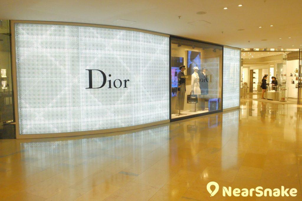 Dior 與 LV 坐落於太古廣場的中央位置,店面面積也是商場內的數一數二。
