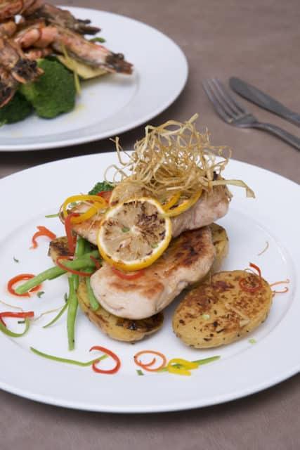 黃金海岸商場:「Resto」在區內享負盛名,不少食客專程來捧場。這次帶來傳統意大利菜烤大蝦及檸檬雞,大歎意式風味。