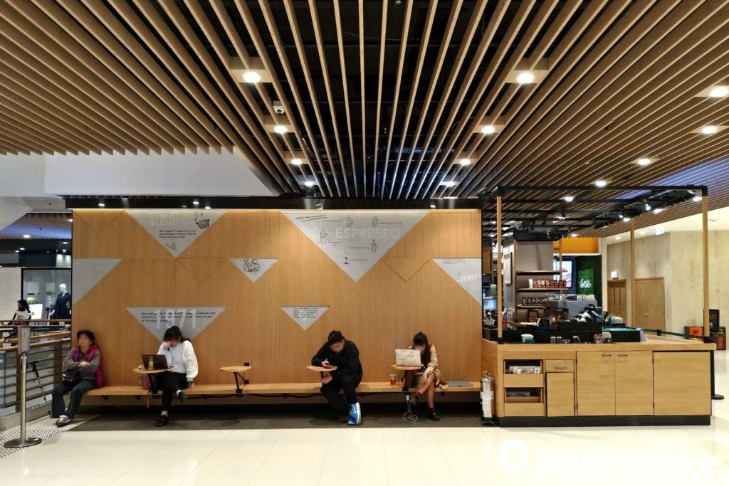 將軍澳廣場 Starbucks 外有寬敞的開放空間,大家買杯咖啡在此放空,可說是偷得浮生半日閒。