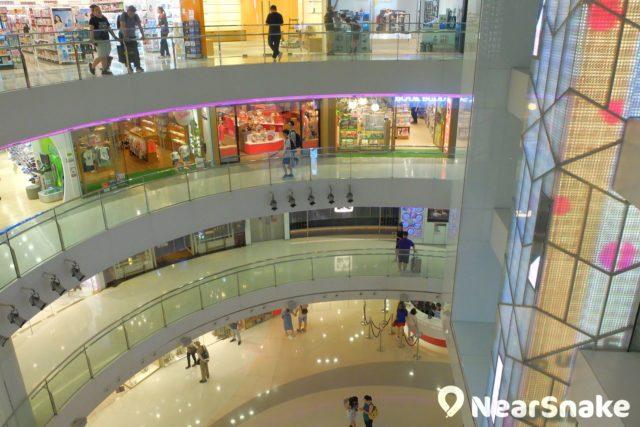 皇室堡擁有偌大的商場中庭,天井貫通至 3 個樓層。