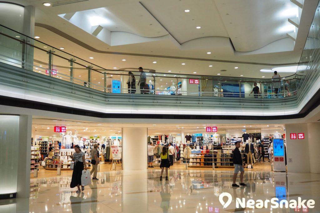 兩層結構的黃埔新天地時尚坊,顧名思義以售賣時尚衣服飾物為主,當中佔地最大的是兩層高的UNIQLO。