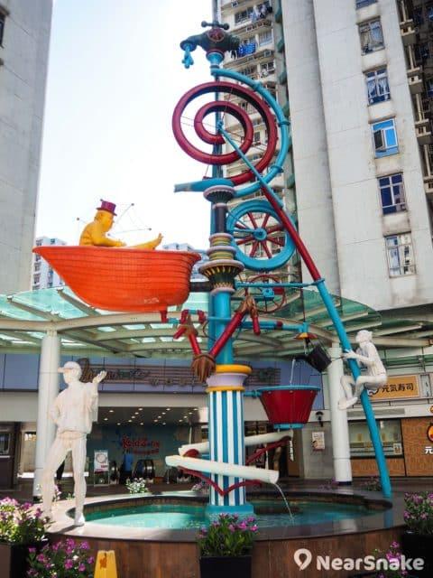 大家在黃埔新天地周邊可發現不少跟水有關的大型擺設,以配襯黃埔區的臨海主題。