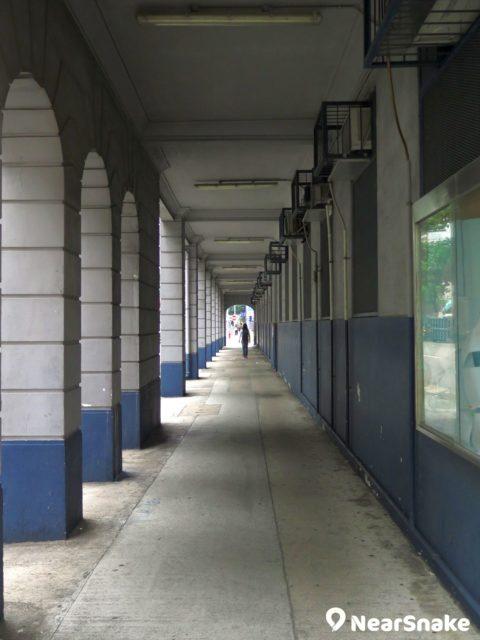 圍繞舊油麻地警署外圍的走廊,仍保留著百年前的建築外貎。
