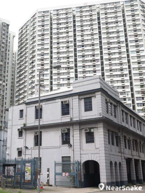 舊油麻地警署的四周現已被新建的高樓大廈所包圍。