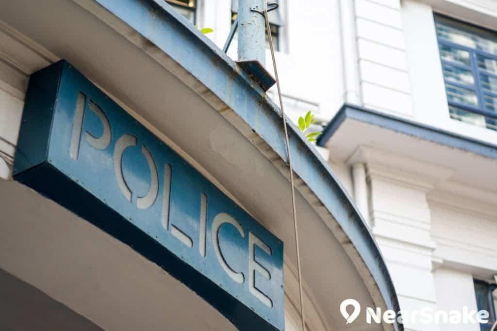 舊油麻地警署正門懸掛著藍底白字的「POLICE」匾額,別具一格。