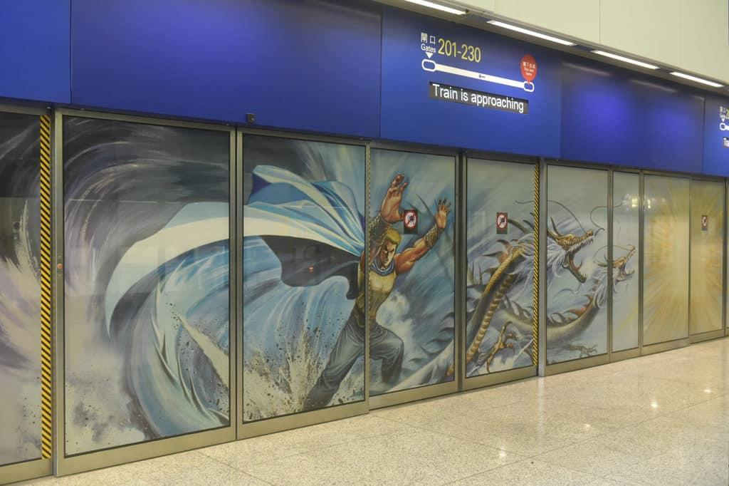 香港國際機場:藝術、文化與音樂巡禮在機場2018 本地漫畫家李健良為活動在機場列車月台屏幕,繪畫充滿本地漫畫特色的武打場景。