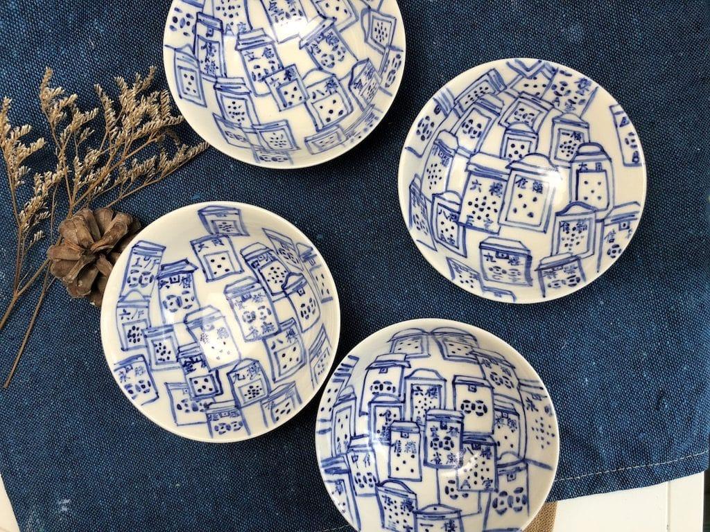 美麗華廣場:CRE瀝卡啦士多 限定店- CeramicArt陶氣館為這次的CRE瀝卡啦士多重塑昔日風采,中式青花順著城市脈搏流動,勾勒中西文化交匯的都市景觀。