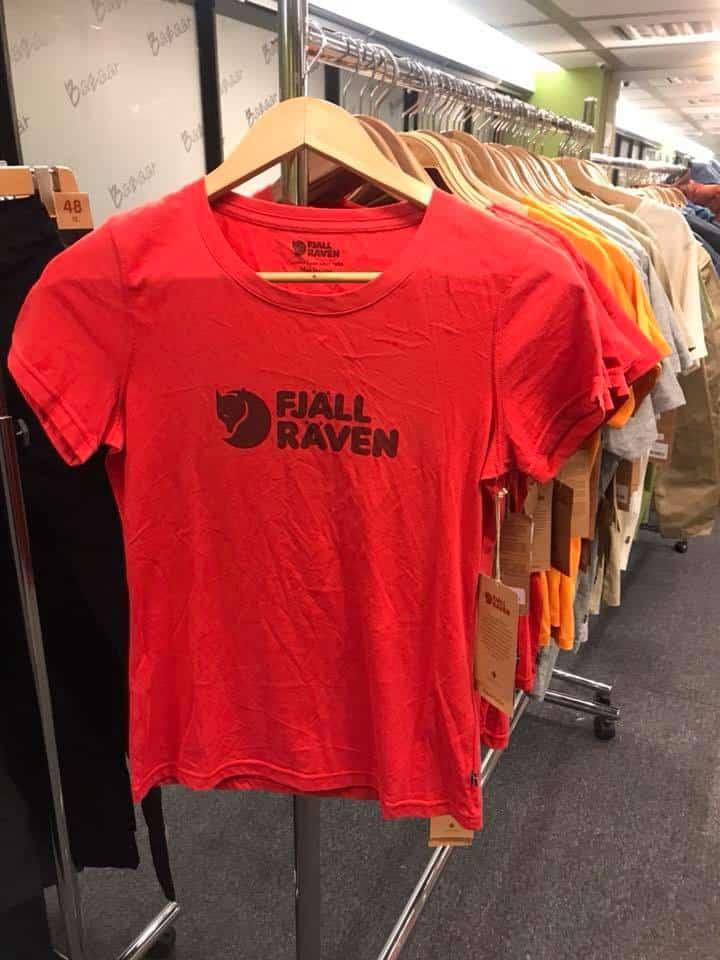 海港城展銷集備有多款舒適純棉及快乾款 FJALL RAVEN 的 T 恤發售。