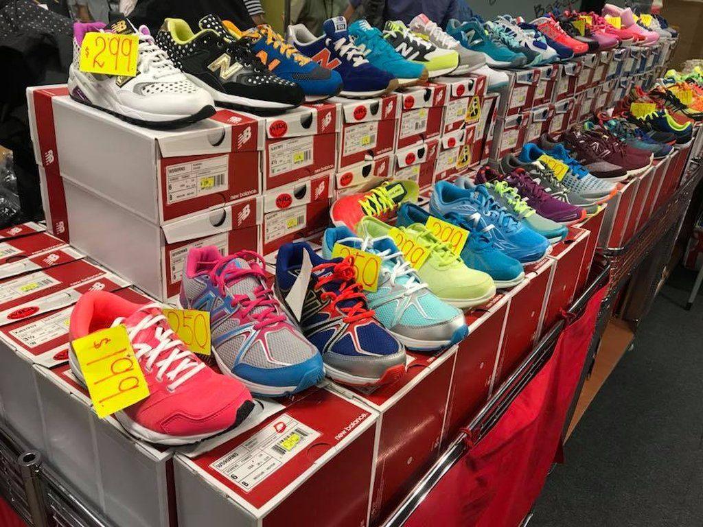 New Balance 運動鞋(波鞋)在海港城展銷集以 $199 至 $399 港元的開倉價販賣。