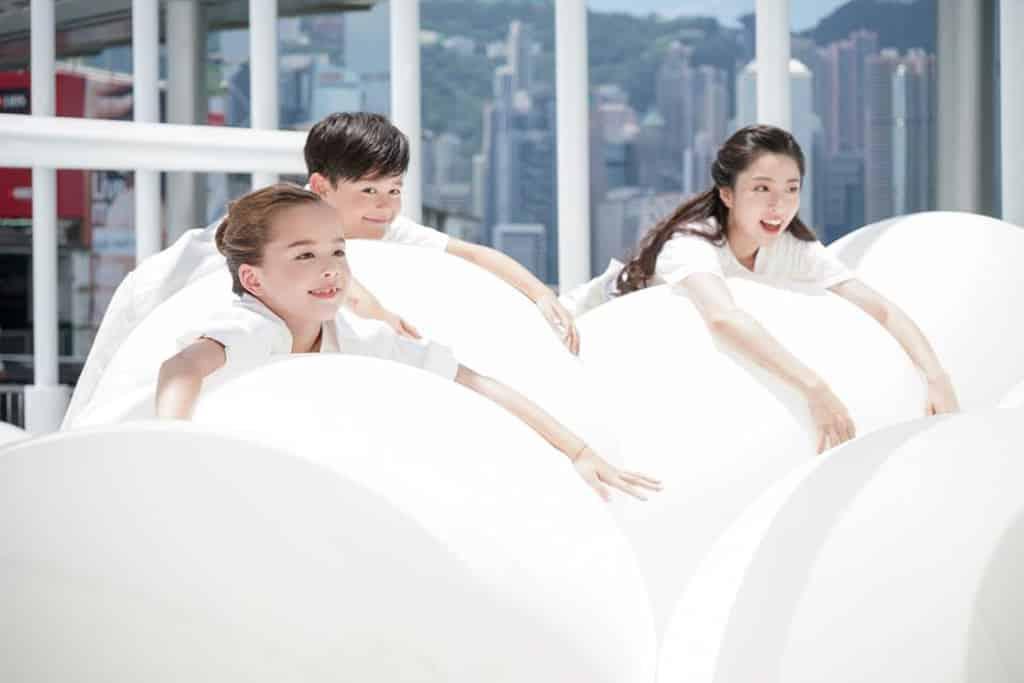 """海港城:""""BOUNCE"""" 互動藝術裝置企劃 巨型白色彈彈波與維港相映成趣。"""