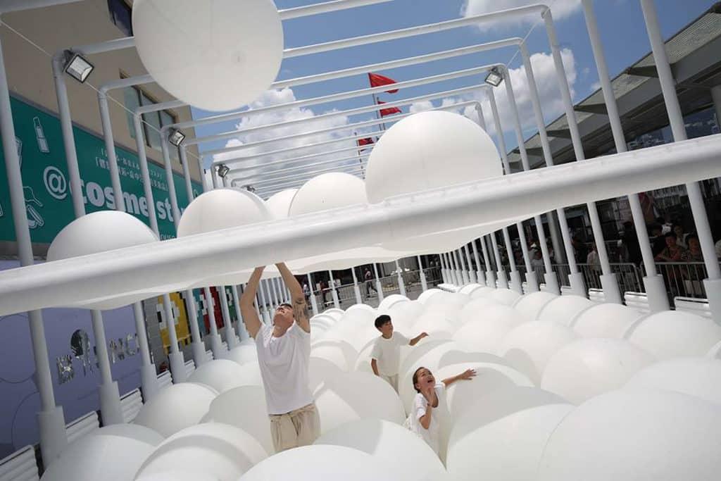 """海港城:""""BOUNCE"""" 互動藝術裝置企劃 海運大廈露天廣場變成彈彈波「大球場」。"""