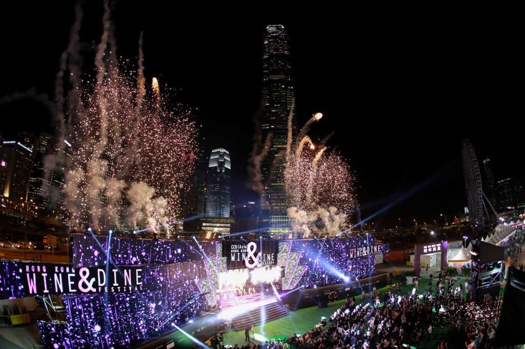 香港美酒佳餚巡禮2018|Wine and Dine 2018 現場舞台音樂表演還有煙花效果。