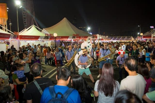 香港美酒佳餚巡禮2018|Wine and Dine 2018 現場不時有音樂街頭表演。