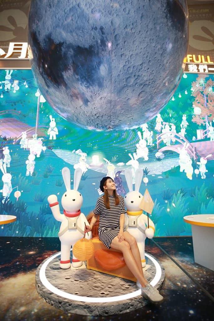 銅鑼灣希慎廣場:美心月餅「圓月太空限定店」「圓月星空自拍專區」有巨型大月亮懸掛。