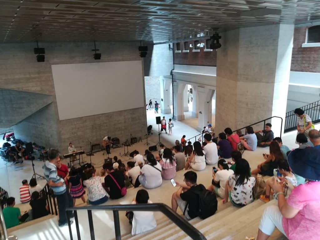跳格國際舞蹈影像節 2018 大館洗衣場石階周末進行長達 6 小時的「舞蹈影像」免費放映。