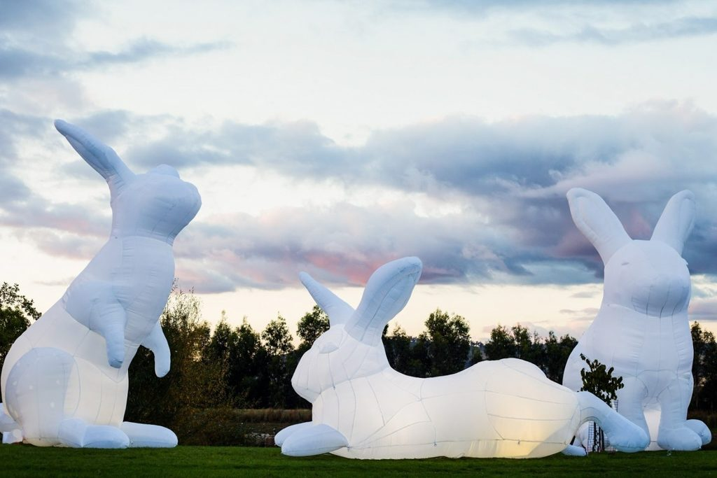 中港城·利東街:「月兔.秋燈」主題活動 巨型白兔藝術裝置曾於 80 多個城市巡迴展出。