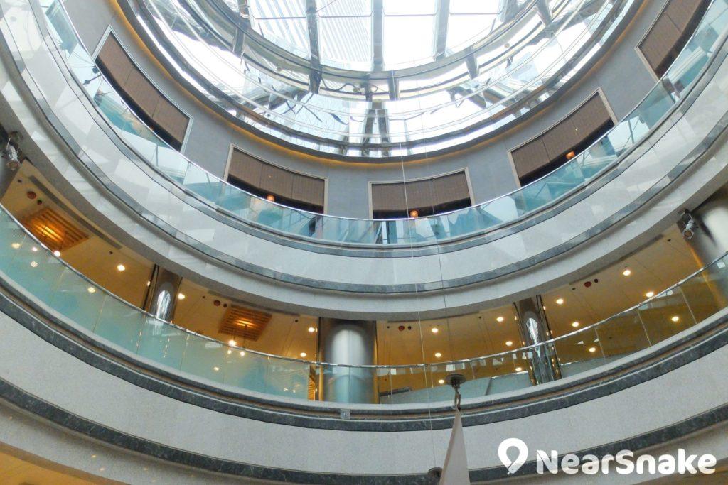 利園一期建築採用圓弧形設計,天花則是玻璃天引進自然光,營造高貴氣派,也符合環保意識。
