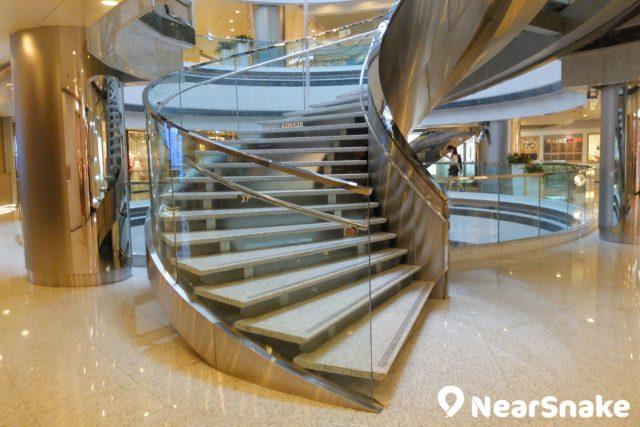 利園一期 2 樓的玻璃旋轉樓梯,盡顯利園商場的高雅風格,不妨多停留拍幾張照。